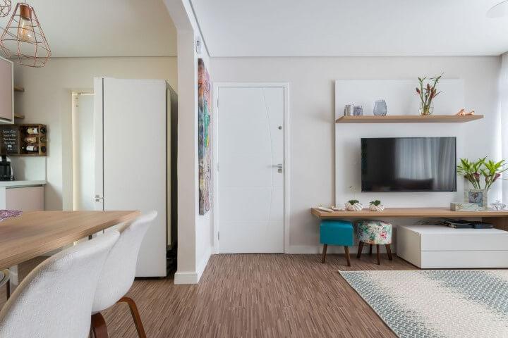 Sala de estar integrada com sala de jantar simples.