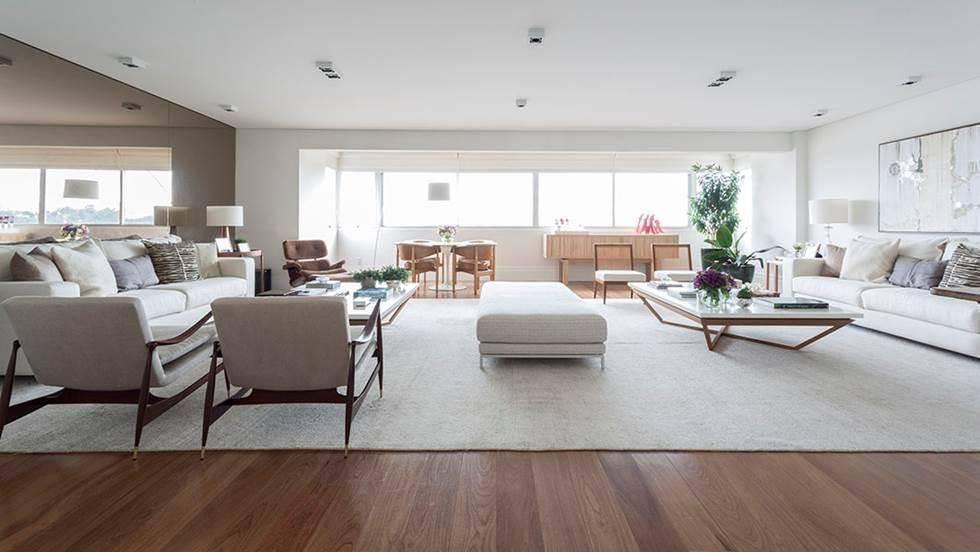 Sala moderna e grande com decoração neutra.