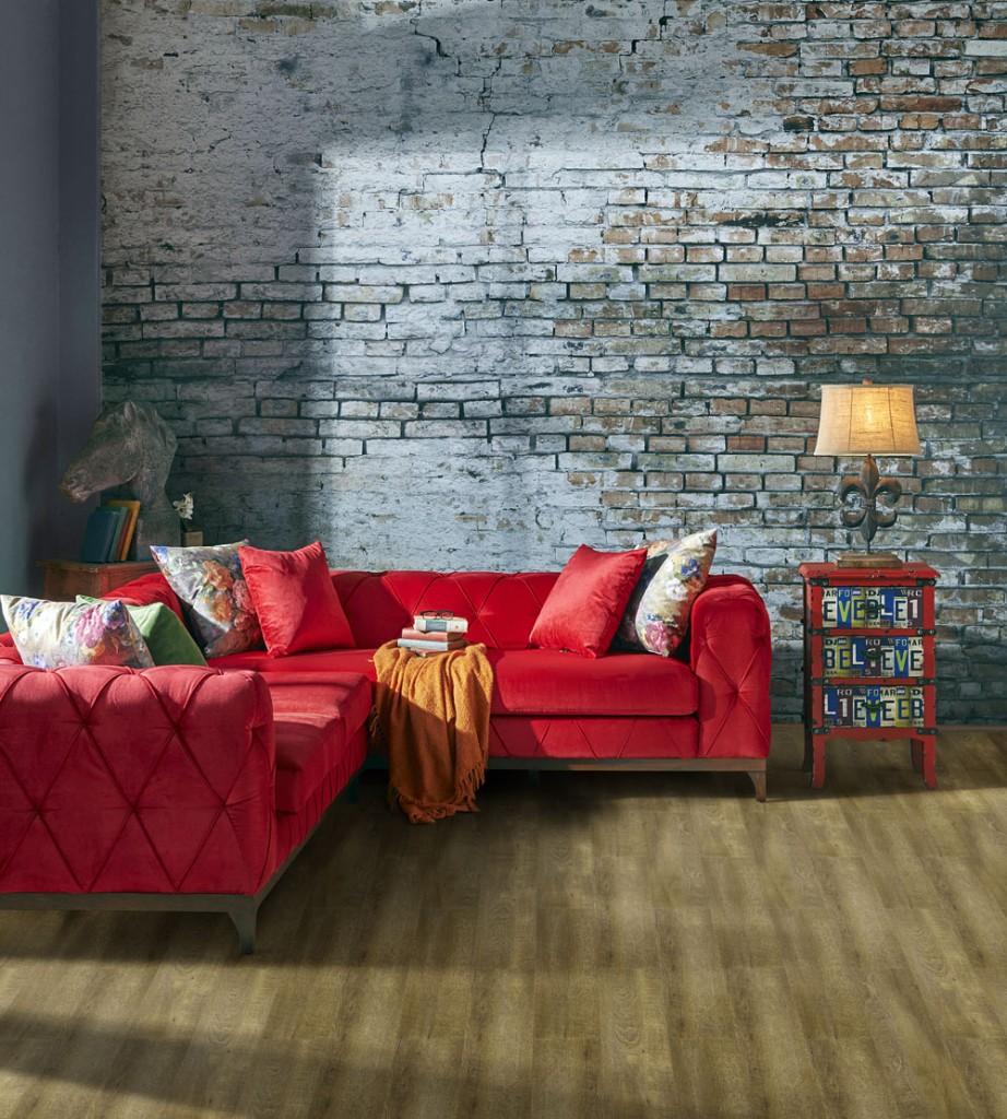 Sala de estar moderna com sofá vermelho e piso vinílico.