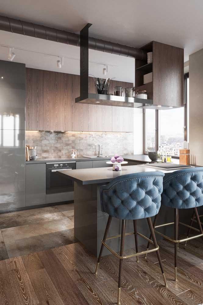 Cozinha em u moderna com armários cinzas.
