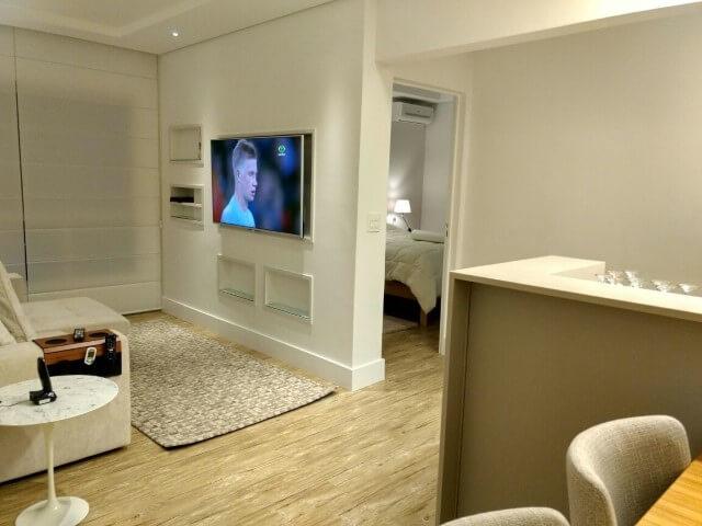Sala de estar pequena e simples.