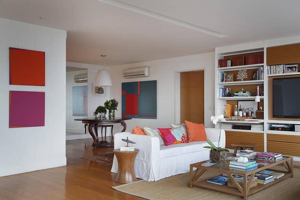 Sala de estar grande simples com rack de madeira.