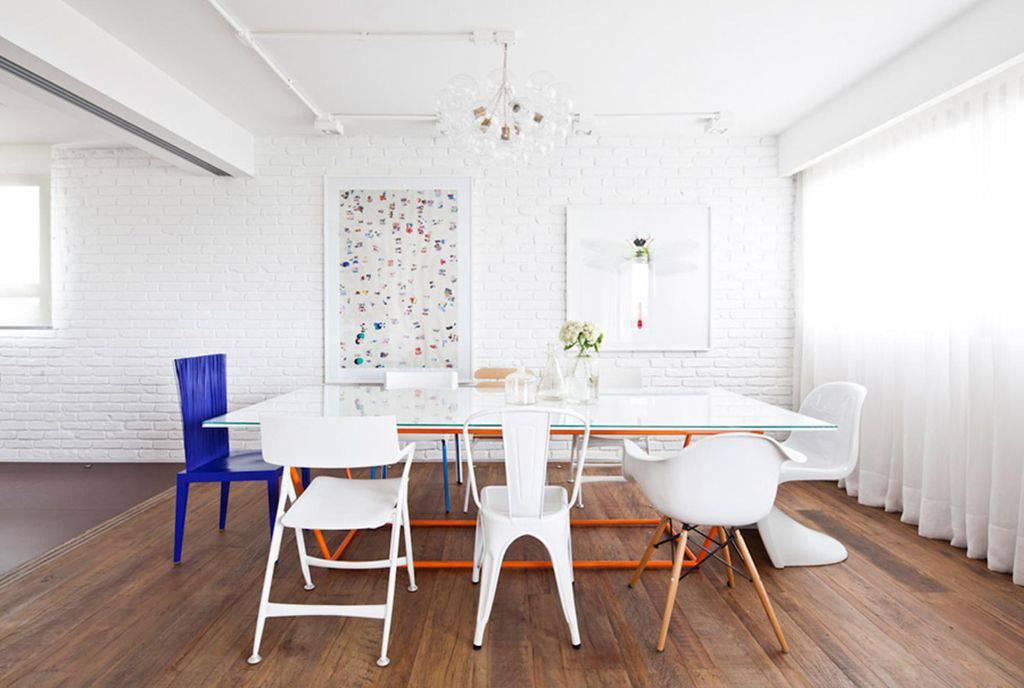 Sala de jantar simples com piso vinílico.