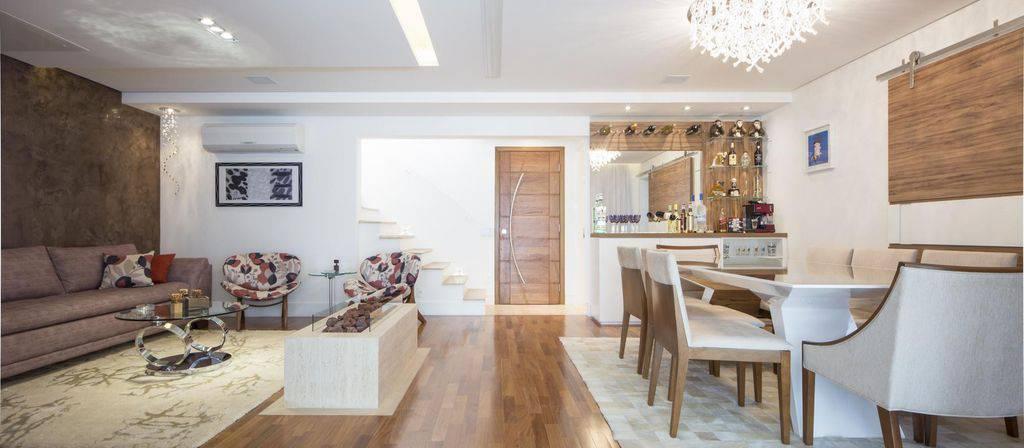 Sala de estar integrada com piso vinílico.