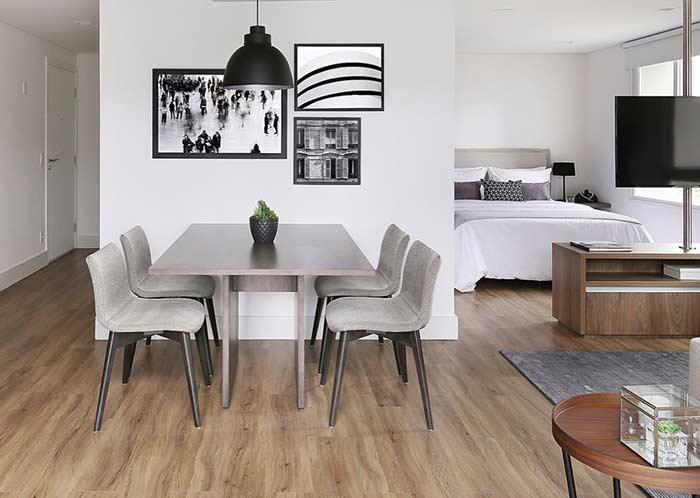 Apartamento com decoração simples e piso vinílico.