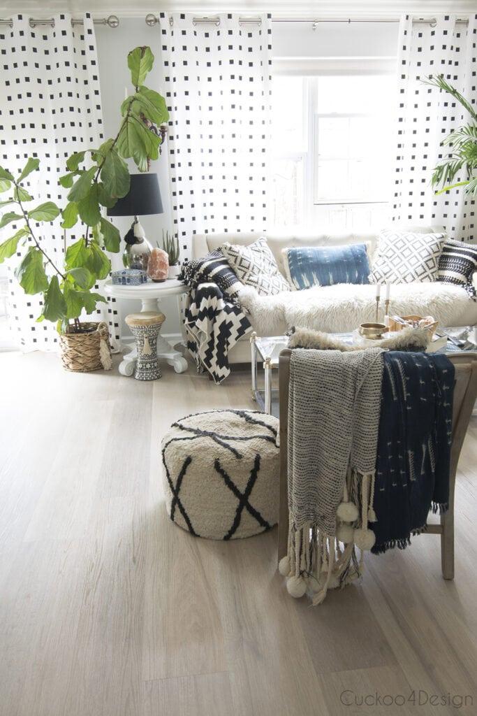 Sala de estar com decoração tumblr e vasos de plantas.
