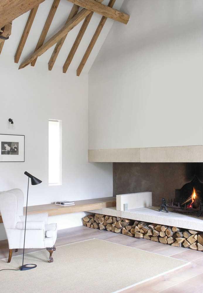 Sala com lareira e piso vinílico.