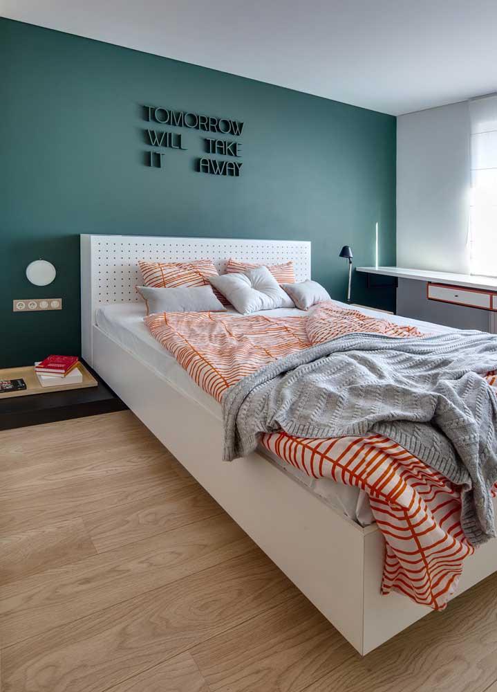 Quarto moderno com parede verde.