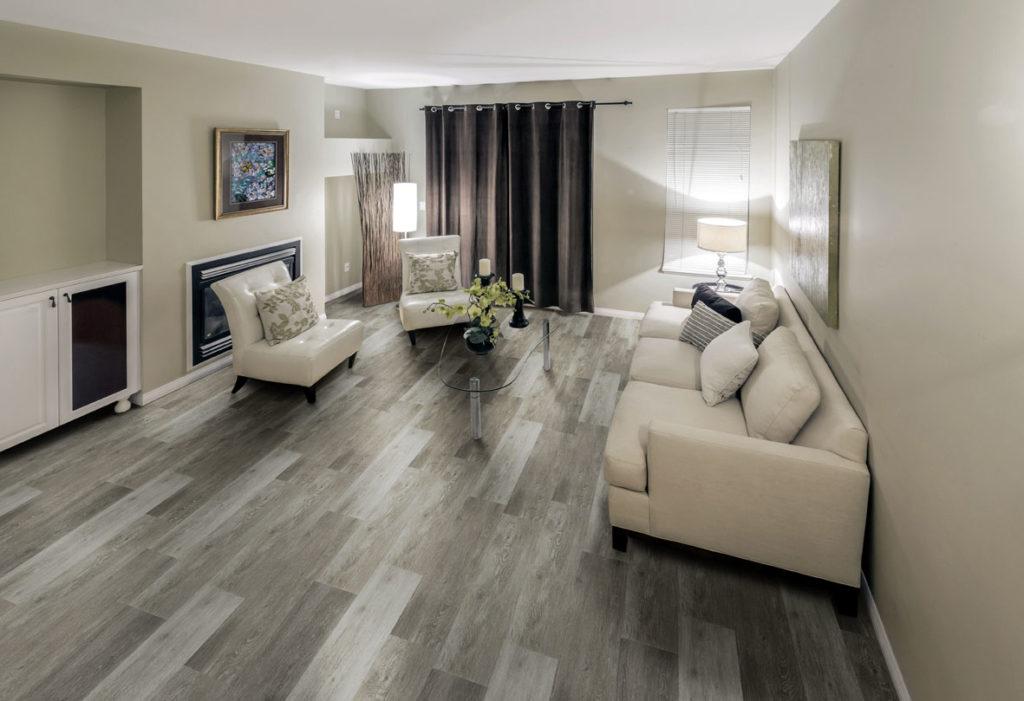 Sala de visita simples com piso vinílico.
