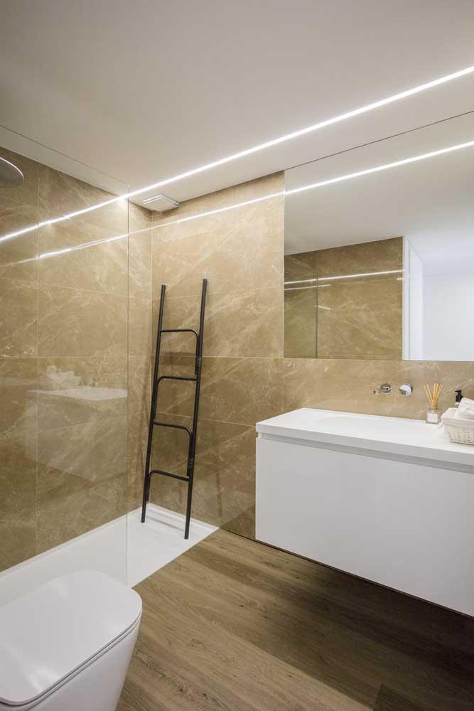 Banheiro luxuoso com decoração neutra.