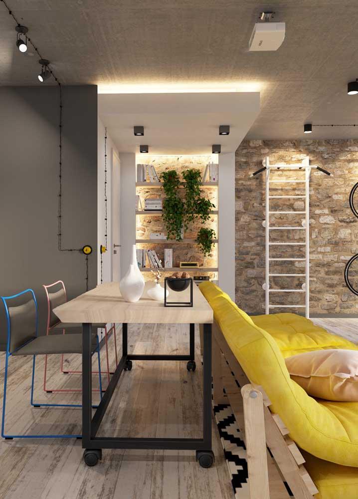 Sala de estar moderna com estante iluminada.