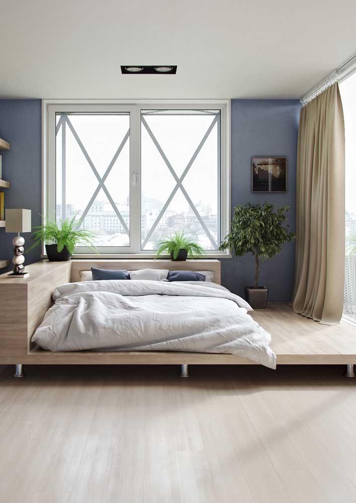 Quarto moderno com cama suspensa com estrutura de madeira.