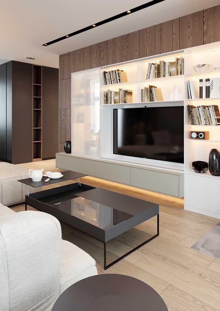 Sala simples com rack planejado.