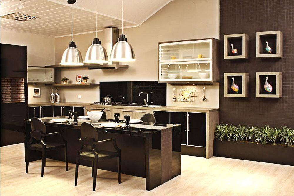 Cozinha moderna aberta com piso vinílico.