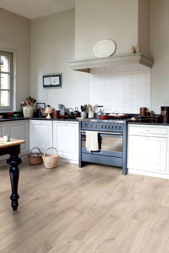 Cozinha simples com piso vinílico.
