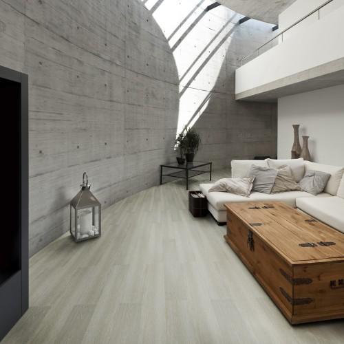 Sala moderna com mesa de centro rústica.