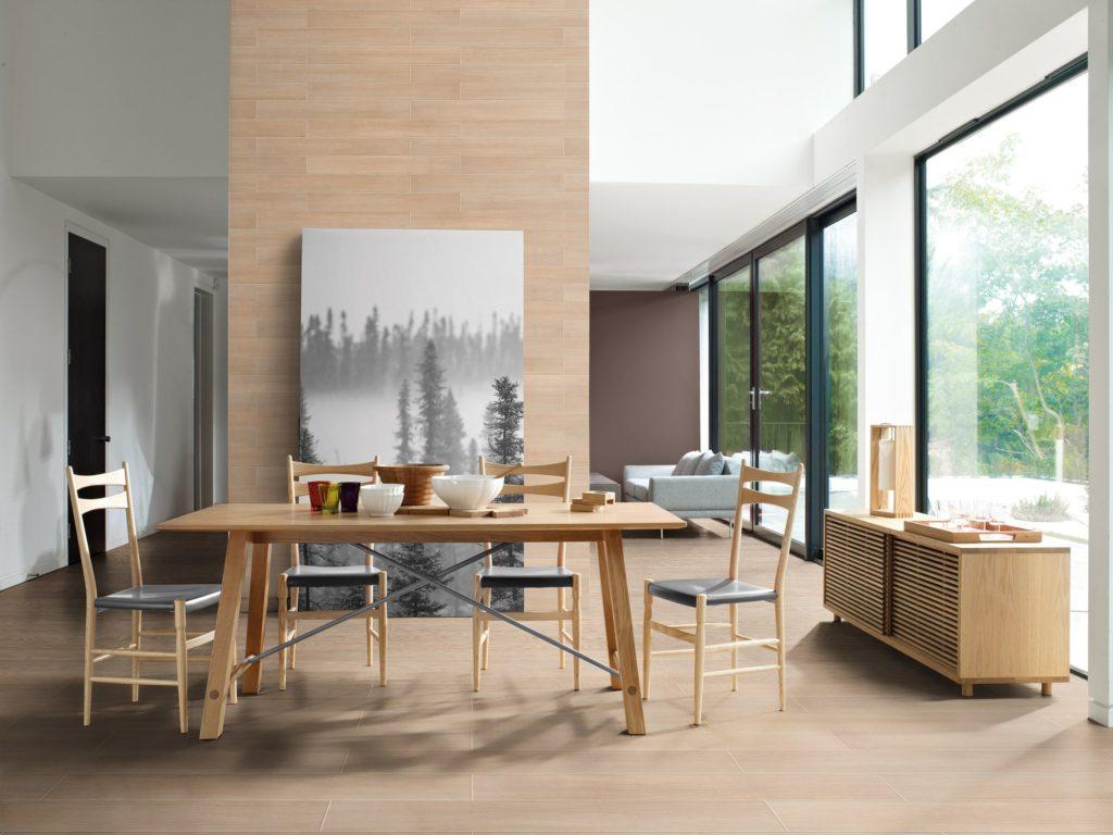 Sala de jantar com móveis de madeira com piso vinílico.