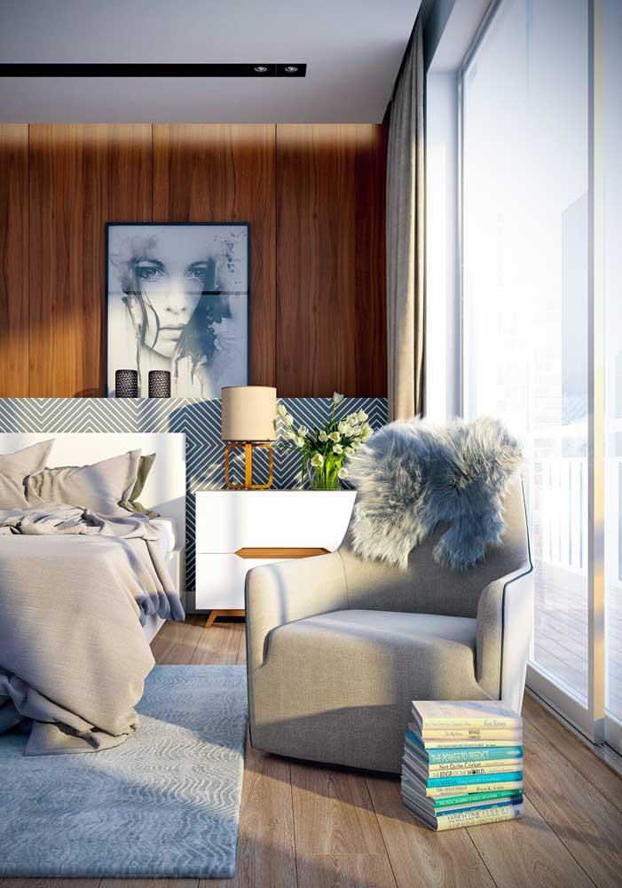Quarto de casal luxuoso com painel de madeira e piso vinílico.