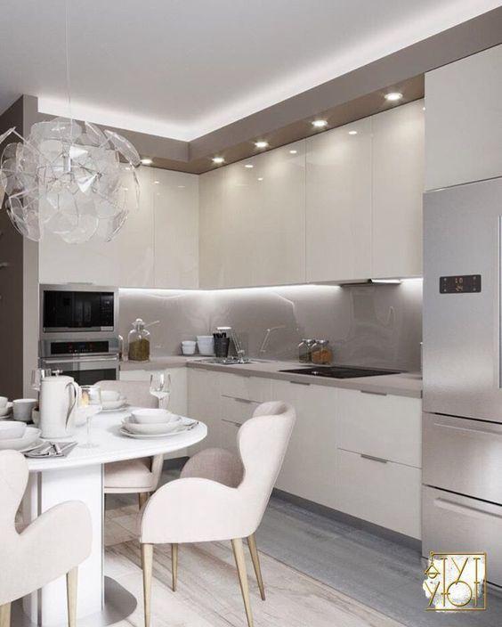Cozinha aberta neutra e moderna.