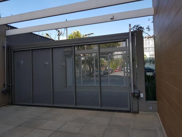 fachada com portão preto