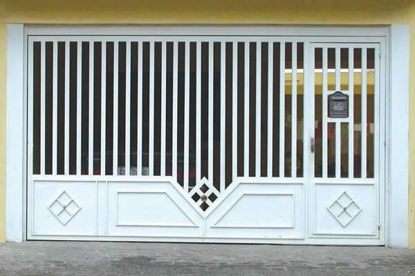 modelo de portão basculante branco simples