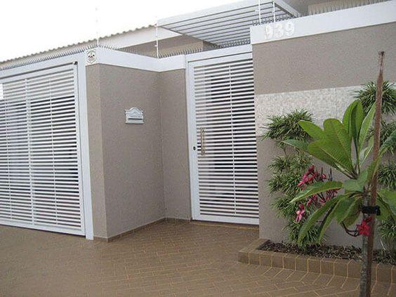 fachada com grafiato e portão branco