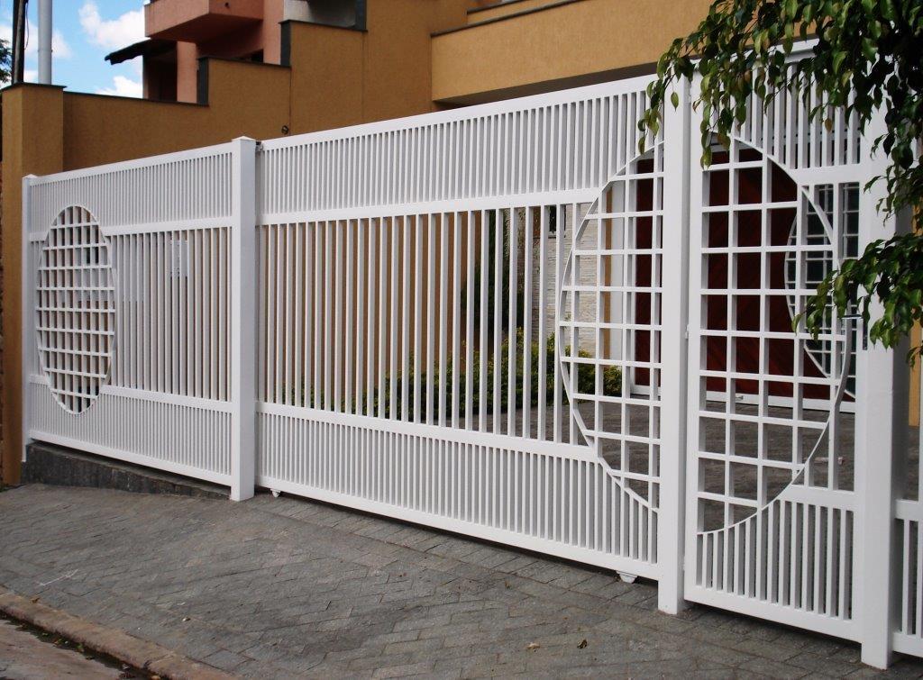 modelo de portão de ferro com desenho moderno