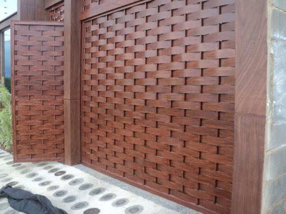 portão de ferro imitando madeira