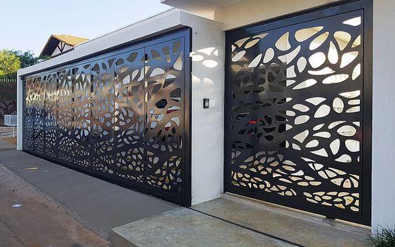 portão preto trabalhado com desenho abstrato