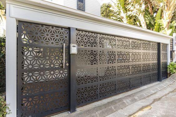 portão de ferro preto com desenho floral