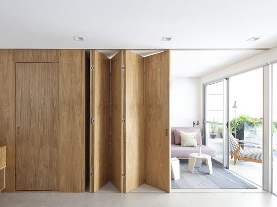 grande porta de correr articulada de madeira