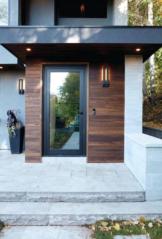 Fachada de madeira com porta.