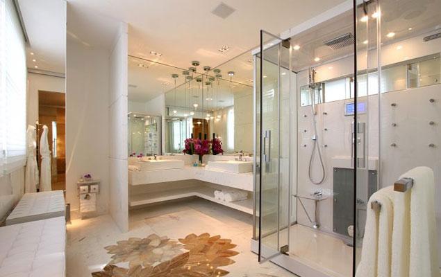 Banheiro grande duplo.