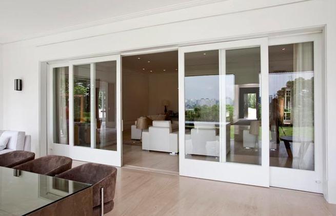 Sala de extar e jantar divididas por uma porta.