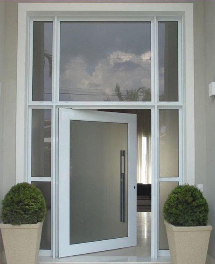 Fachada com porta de vidro.