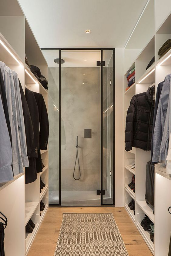 Closet integrado com box de chuveiro.