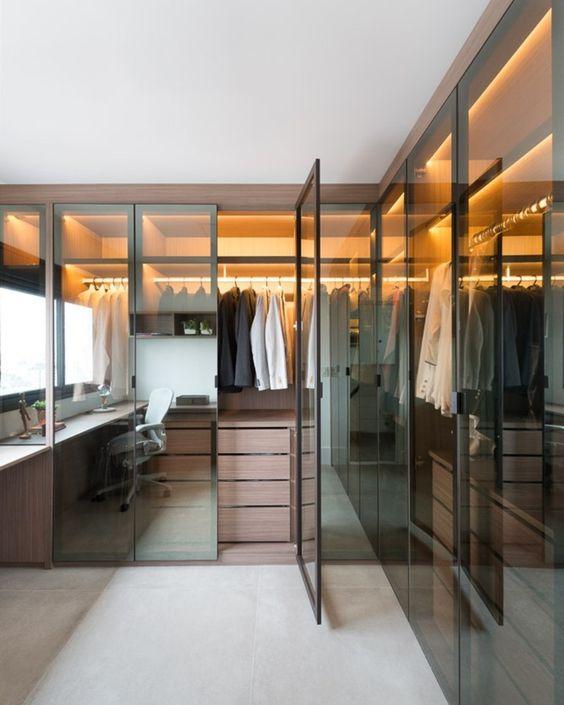 Closet integrado com escritório.