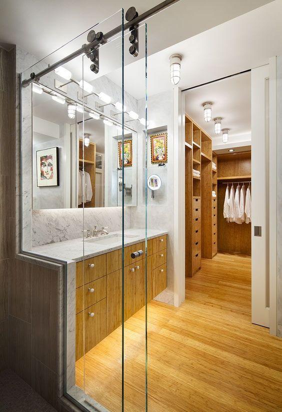 Banheiro e closet com móveis amadeirados.