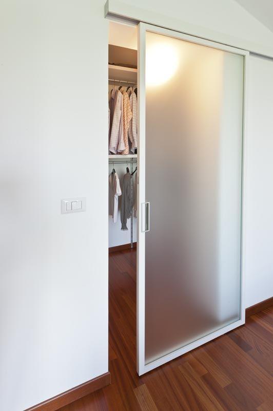 Porta embaçada branca separando o closet.