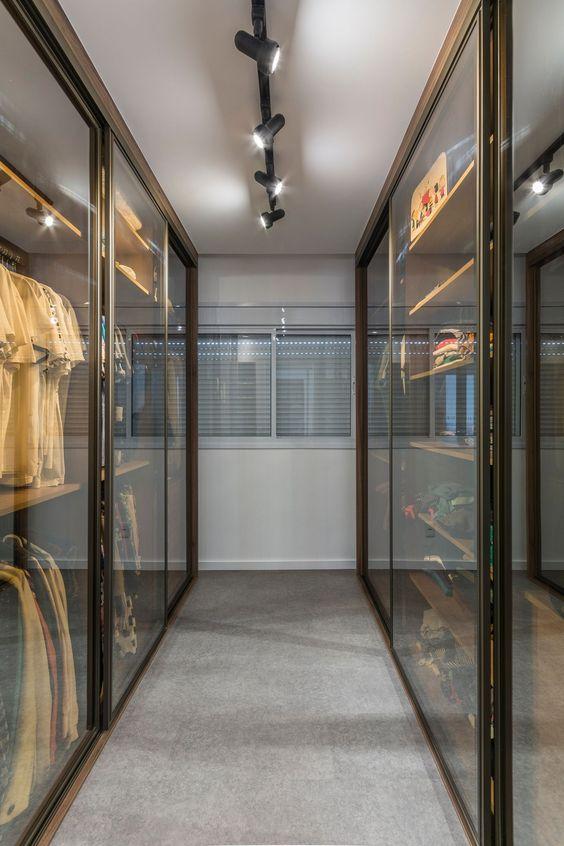 Closet com portas de correr de vidro.