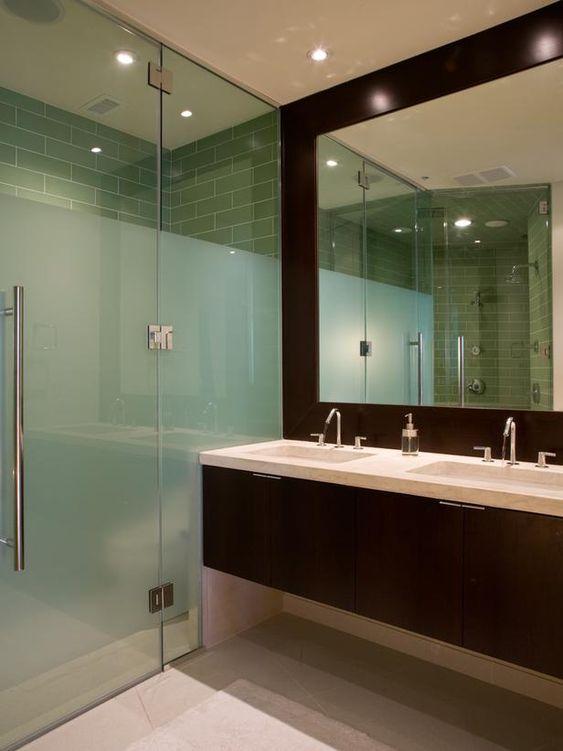 Banheiro com duas pias.