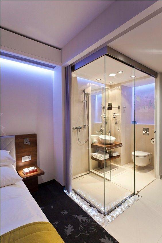 Banheiro integrado com quarto.