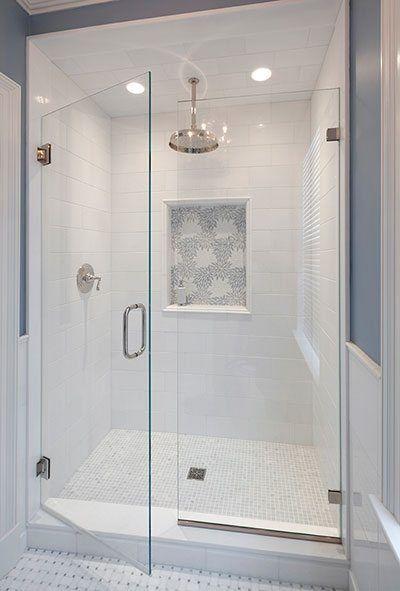 Banheiro com nicho embutido.