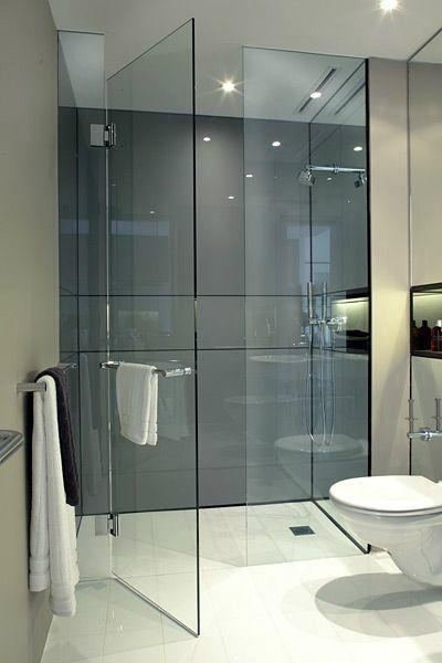 Banheiro com suporte de toalha na porta.