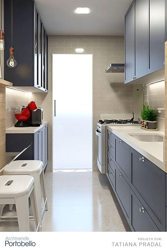Cozinha pequena decorada em azul e branco.
