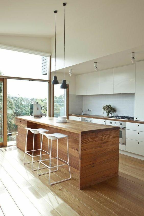 Cozinha com parede de vidro.