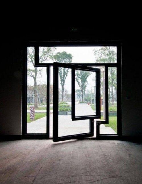 Porta de vidro moderna e pivotante.