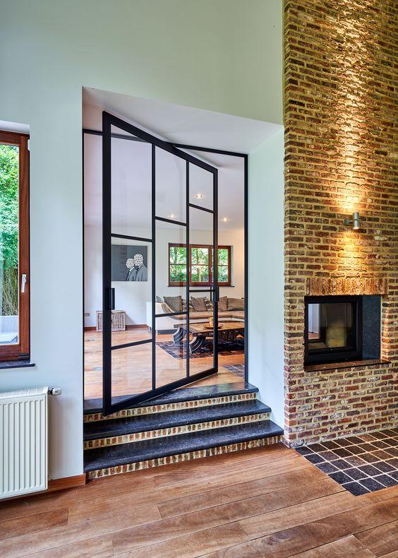 Casa com escada pequena entre os cômodos.