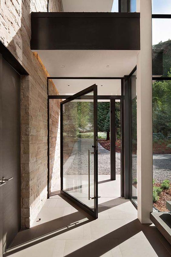 Porta de vidro na área externa.
