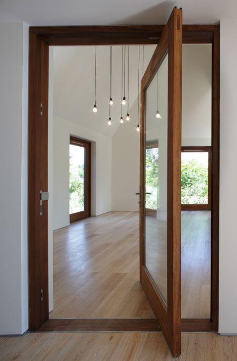 Sala vazia com luzes suspensas.
